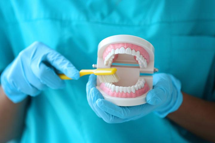 Hvis du mangler alle tennene, er en tradisjonell helprotese løsningen for deg. Vi kan gi deg nye tenner som fungerer like bra som vanlige tenner.